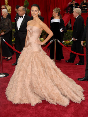 penelope cruz oscar dress 2007. Penelope Cruz at the Oscars, 2007 in a glamourous Atelier Versace gown.